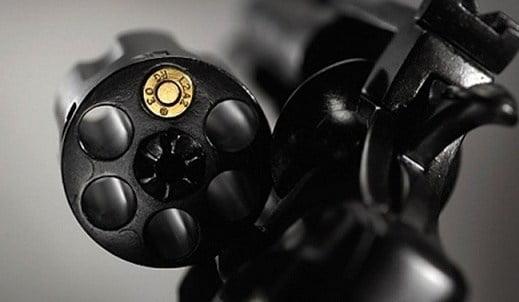 جمركي متهم باختلاس 4 ملايير يفرغ رصاص بندقيته في جسده