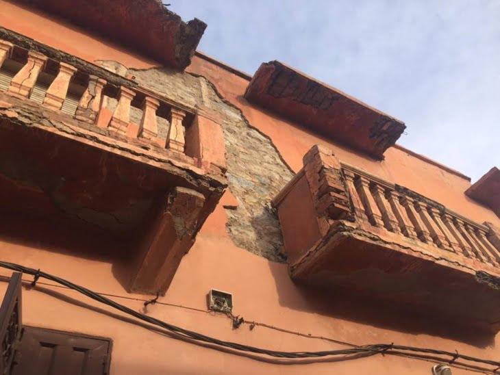 بالصور: واجهة منزل تهدد أرواح المواطنين بالمدينة العتيقة لمراكش