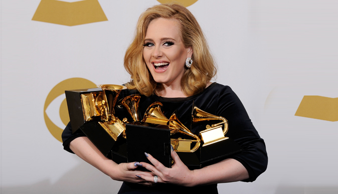 """""""أديل"""" تتربع على عرش الموسيقى العالمية بفوزها بـ 5 جوائز """"غرامي"""""""