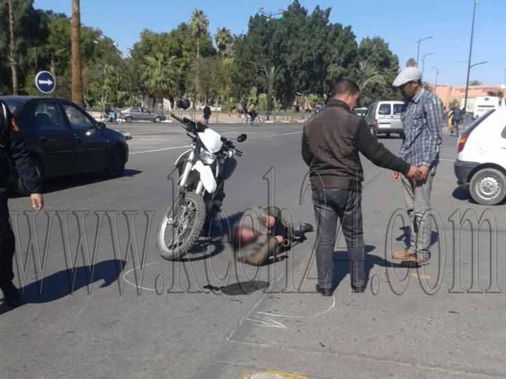 إصابة شاب جراء إصطدام بين دراجة نارية وسيارة أجرة صغيرة بمراكش + صور