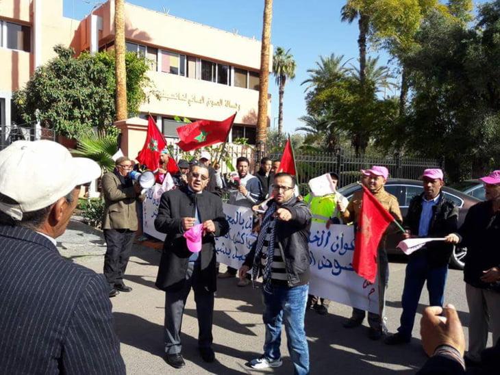 مستخدمو المحطات الهيدرولوجية والسدود يحتجون أمام وكالة الحوض المائي بمراكش.