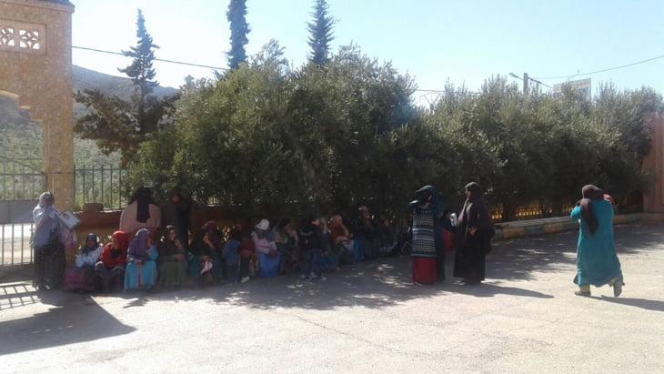 نساء يخرجن في مسيرة احتجاجا على إعفاء مدير المجموعة المدرسية