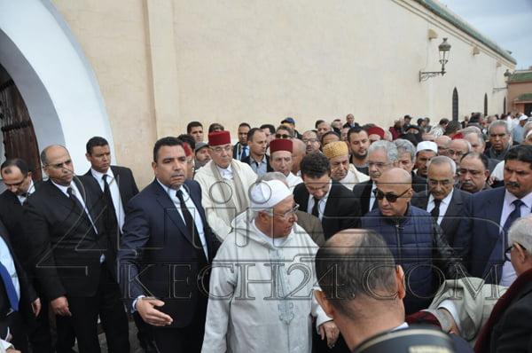 بالصور: المئات من المشيعين يستعدون لاداء صلاة الجنازة على روح الفقيد بوستة بمراكش
