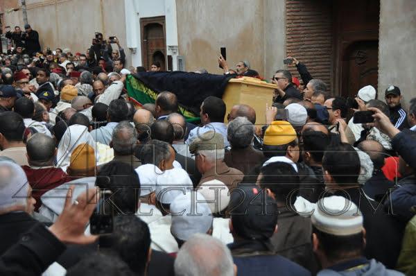جثمان الراحل بوستة يغادر منزله للمرة الاخيرة وولي العهد والامير مولاي رشيد في مقدمة المشيعين + صور