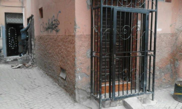 السلطات تغلق دكانا تم فتحه بدون سند قانوني بالمدينة العتيقة لمراكش + صور