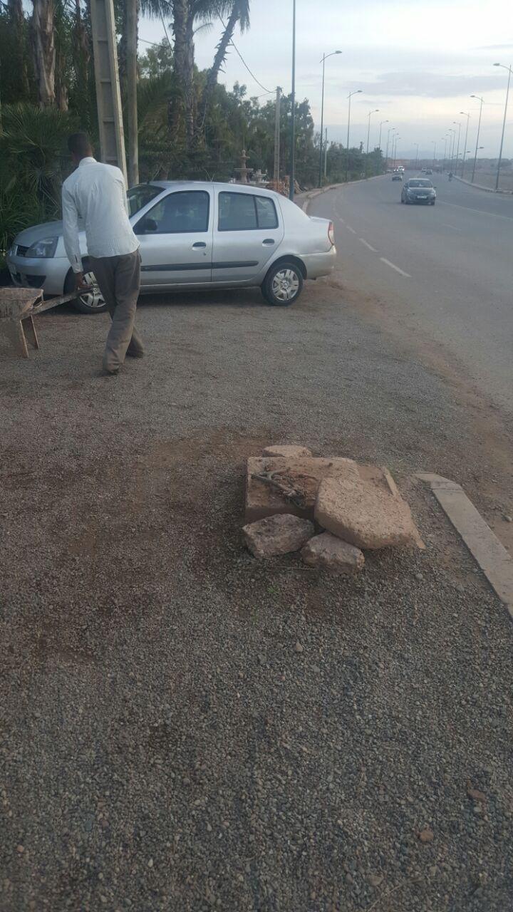 عمود كهربائي سقط إثر حادثة سير ارتكبها أجنبي يهدد حياة المارة قرب مراكش + صور