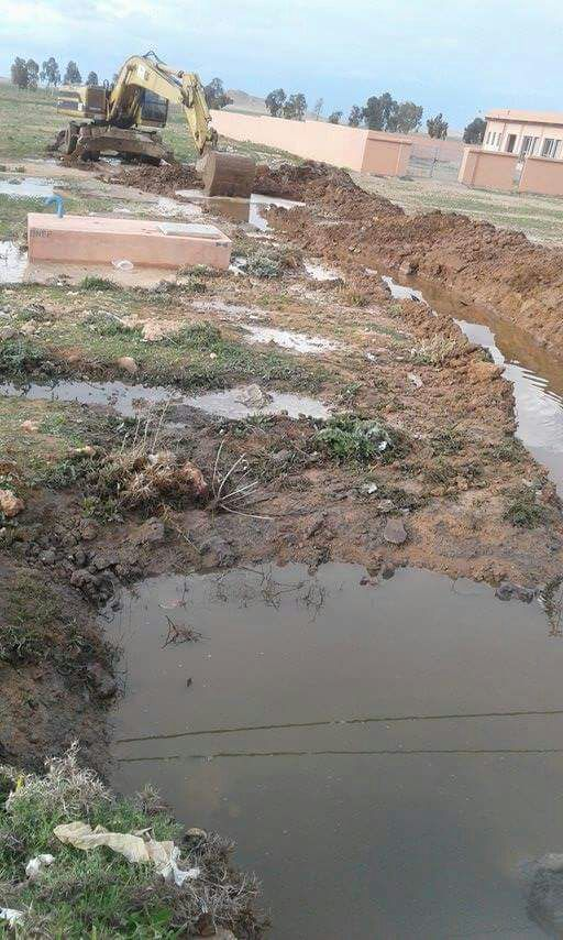 جمعويون يتظاهرون بالمزوضية للتنديد بتدهور الوضع البيئي وتطويق المياه العادمة لمسجد + صور