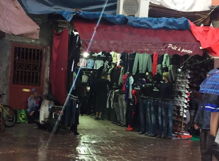 محل للملابس الجاهزة بمدخل درب ضباشي بمراكش خارج حملات تحرير الملك العمومي + صورة