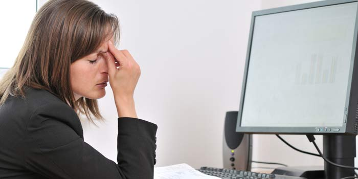 التحديق مطولا في شاشات الكمبيوتر يجهد العينين ولا يسبب العمى