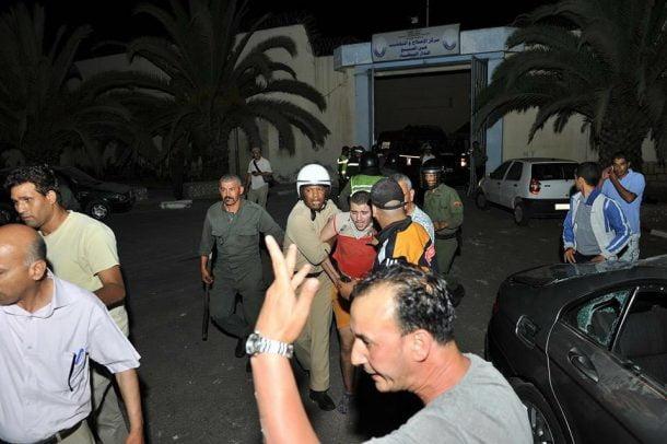 فرار سبعة نزلاء من السجن بعد الاعتداء على الحراس والامن يعثر على أحدهم