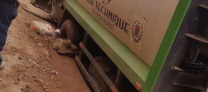 بالصورة: حفرة تحجز شاحنة لنقل النفايات بقلعة السراغنة