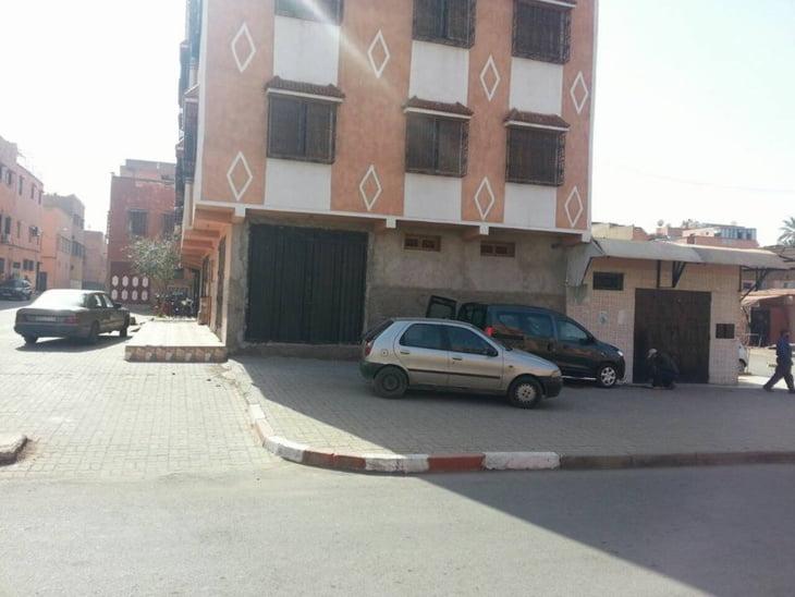 مواطن يتحدى سلطات مراكش ويعيد فتح باب محل سبق لها أن أغلقته + صورة