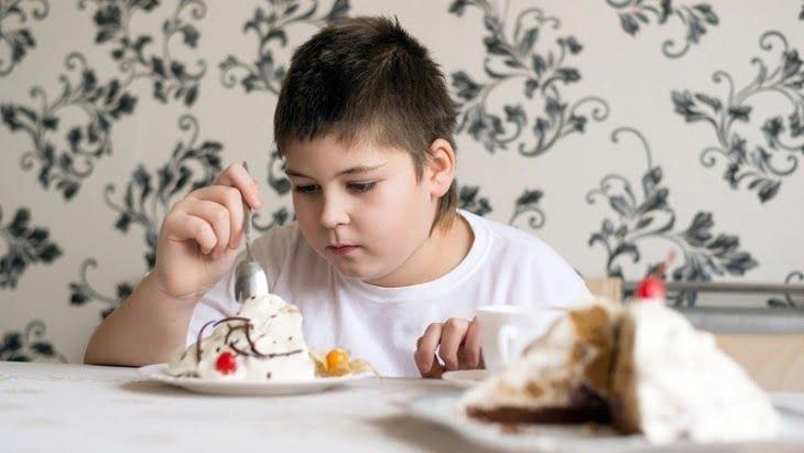 الأطباء يحددون الأسباب الأساسية للسمنة المفرطة عند الأطفال