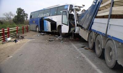 قتيل وجرحى إثر اصطدام بين شاحنة وحافلة كانت تقل رجال تعليم من مراكش باتجاه الرباط