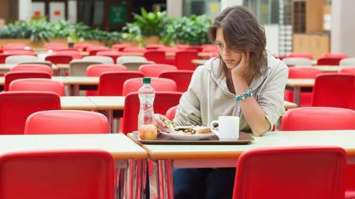 دراسة تحذر من تناول الطعام وحيدا
