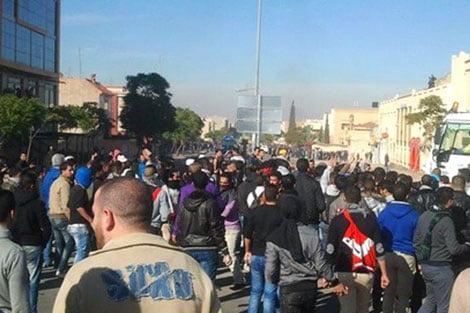 جنازة تتحول إلى مسيرة احتجاجية وعنف وقطع طريق وإتلاف ممتلكات