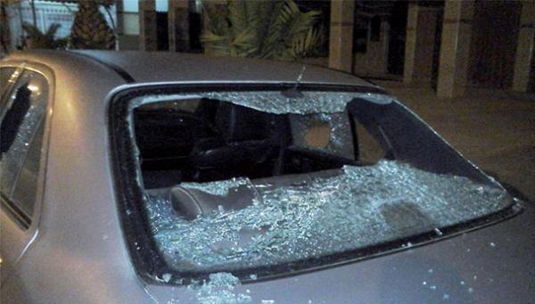 سيارة تابعة لموكب أميرة تتعرض للتكسير والتخريب