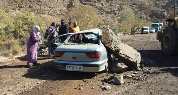 سقوط صخرة كبيرة على سيارة بمنعرجات الطريق الرابطة بين مراكش وورزازات