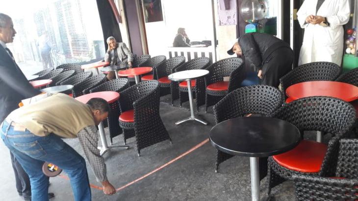 صاحب مقهى يستهتر بالقانون ويتطاول على الملك العمومي والسلطات المحلية تلتزم الصمت