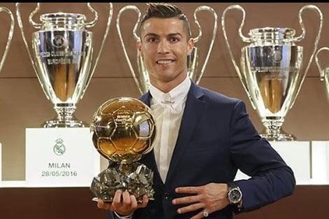 البرتغالي كريستيانو رونالدو نجم ريال مدريد ينال الكرة الذهبية من جديد
