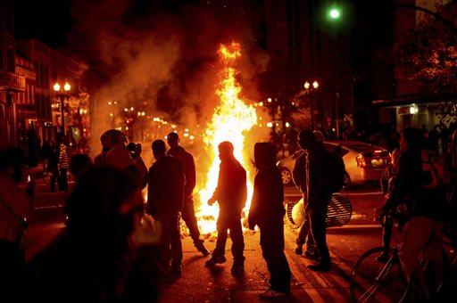 قالك المغاربة فوضويين .. إحراق 1031 سيارة ليلة رأس السنة في فرنسا