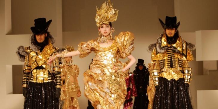 لهذا يبتكر مصممو الأزياء ملابس غريبة لن يرتديها أحد