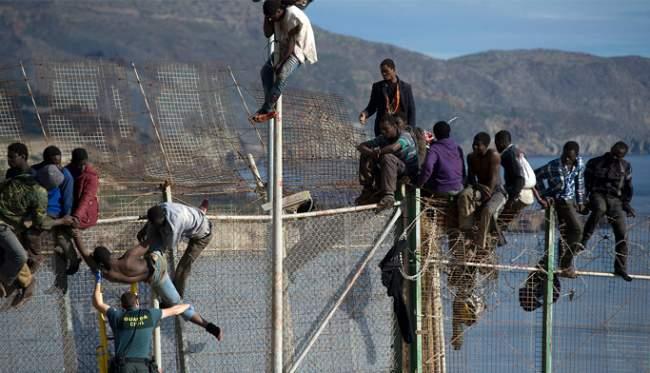 أزيد من 200 مهاجر أفريقي يقتحمون سياجات سبتة المحتلة