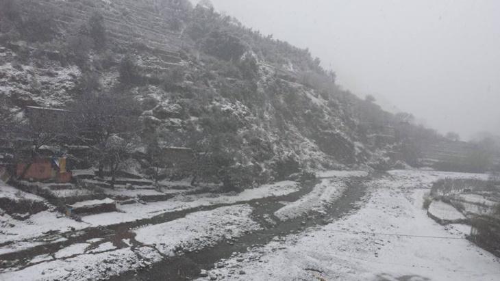 الثلوج تقطع طرقا وتحاصر دواوير قروية بإقليم الحوز ضواحي مراكش