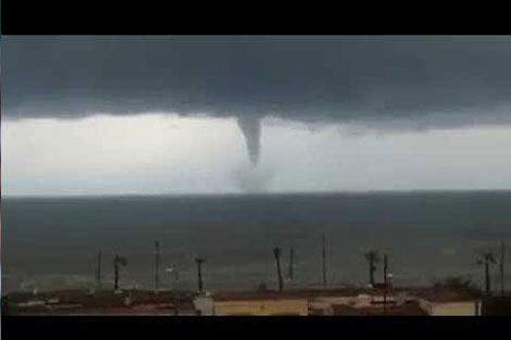هذه حقيقة الإعصار الدوار الذي تم توثيقه بشواطئ الرباط