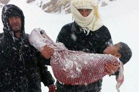 الداخلية توضح بخصوص صورة متداولة لطفل مات من البرد بعد التساقطات الثلجية