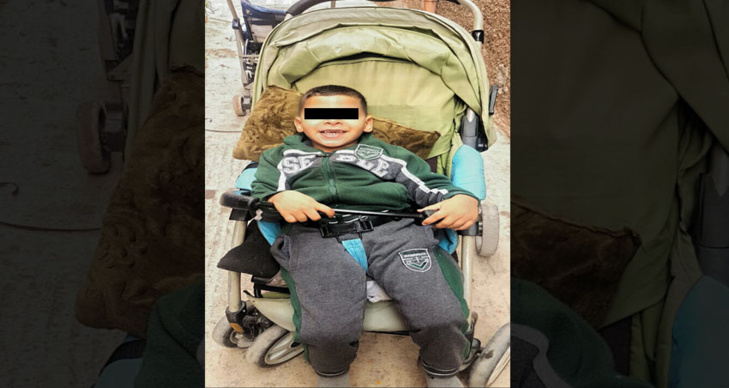 نداء إنساني: طفل يعاني إعاقة حركية كلية بمراكش في حاجة لكرسي متحرك