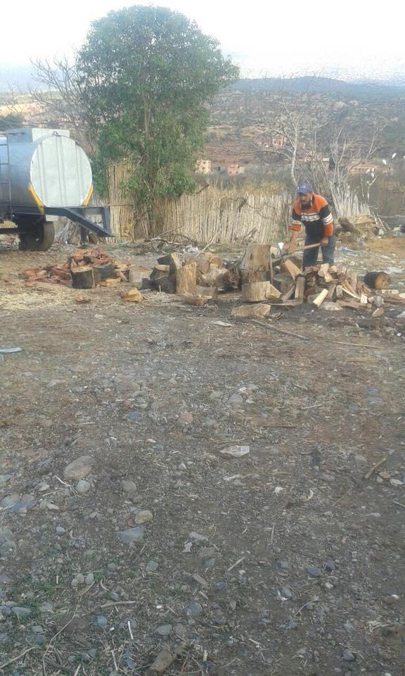 السلطات توزع حطب التدفئة على أقسام المدارس بجبال نواحي مراكش + صور