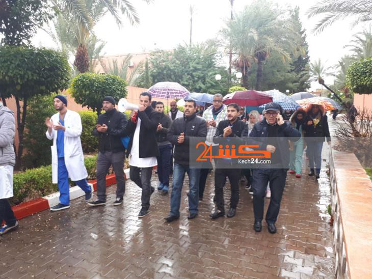 احتجاجات أمام مستشفى ابن نفيس للأمراض العقلية بمراکش + صور