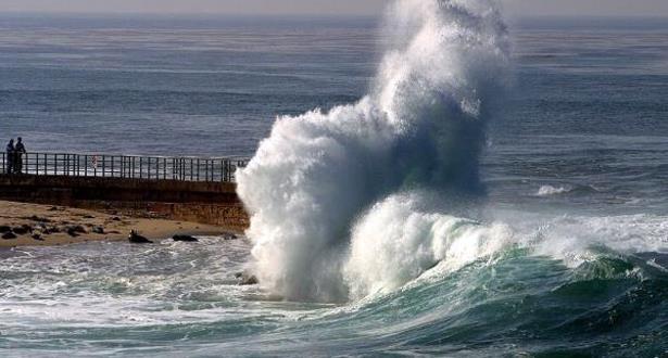 أمواج عالية ما بين 4 و6 أمتار على الواجهة الأطلسية
