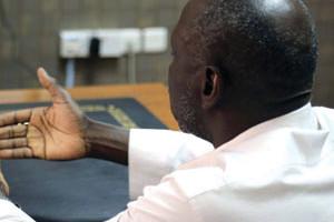 مشعوذ إفريقي يدعي العلاج بالرقية وينوم
