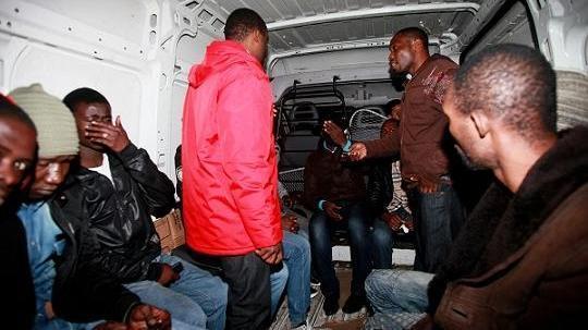 الأمن يفكك عصابة مهاجرين أفارقة تورط أفرادها في سرقة عشرات المنازل