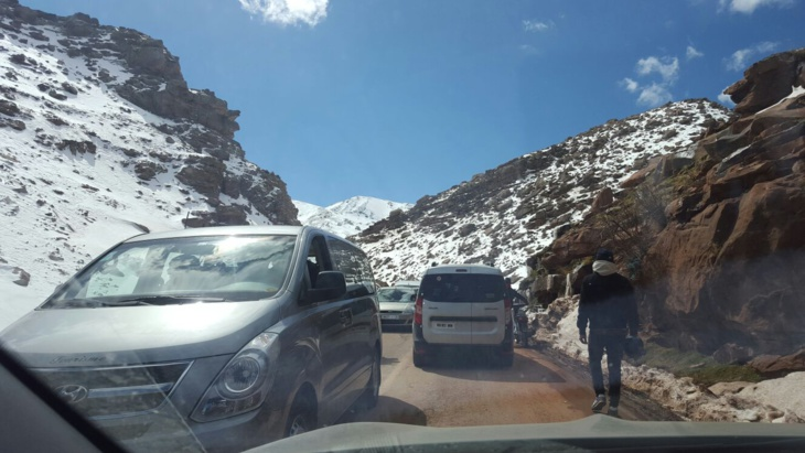 """مئات السيارات عالقة بين مراكش ومنطقة """"أوكيمدن"""""""