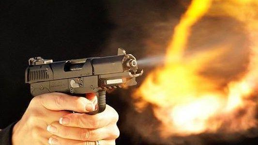 شرطي يطلق النار على