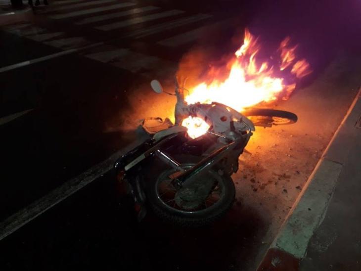 النيران تلتهم دراجة نارية في عزِّ برد الليل بمراكش