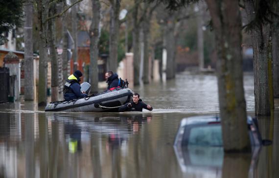 باريس تغرق في مياه الأمطار