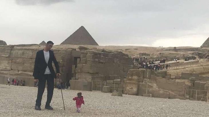 أطول رجل في العالم يصل إلى مصر!