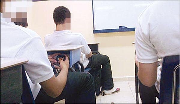 وزارة أمزازي تمنع استخدام الهواتف الذكية داخل المدارس المغربية