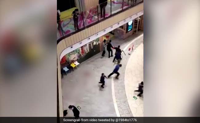 مقتل امرأة وإصابة 12 في اعتداء بسكين في مركز تجاري ببكين