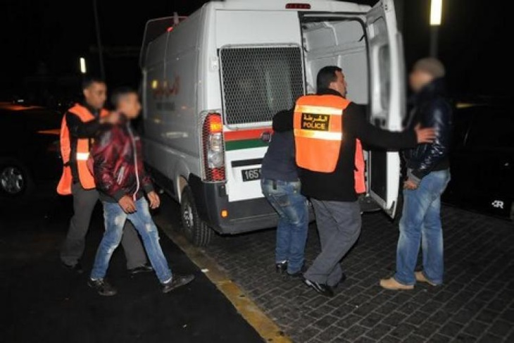 الأمن يعتقل 3 شباب يتاجرون بالعصي الكهربائية عبر الفيسبوك