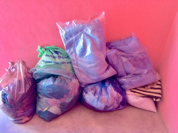 بالصور: جمعية أطلس مبادرة للتنمية والبيئة توزع ملابس وأغطية على مواطنين بإقليم شيشاوة