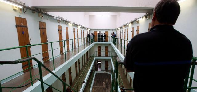 فرنسا تفاوض الرباط لترحيل أزيد من 1895 مغربياً من سجونها