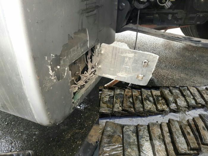 اعتقال سائق شاحنة حاول تهريب المخدرات بهذه الطريقة