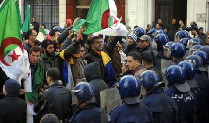 """الجزائر تصدر مذكرات توقيف دولية بحق نشطاء بينهم دبلوماسي سابق بتهمة """"الإرهاب"""" ..!!!"""