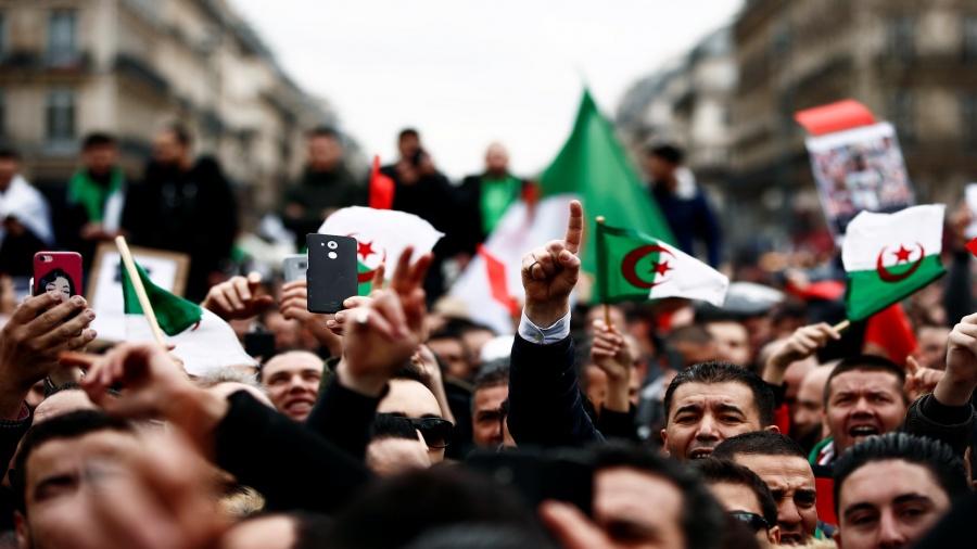 المحتجون الجزائريون يواصلون الضغط على السلطات مع اقتراب الانتخابات