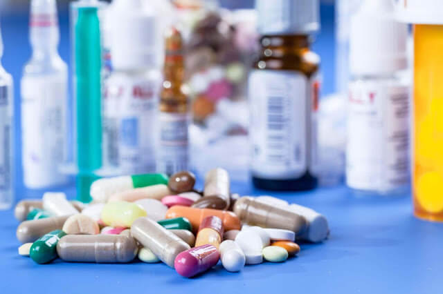 تقرير برلماني يفضح تلاعبات المختبرات وصفقات الأدوية